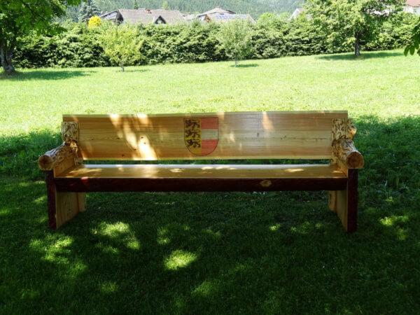 Sitzbank aus Lärchenholz mit Landeswappen