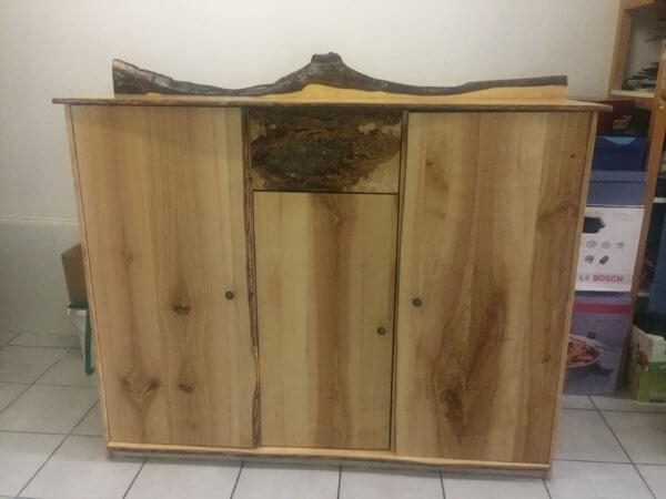 Sideboard Esche mit Naturrand & Rinde