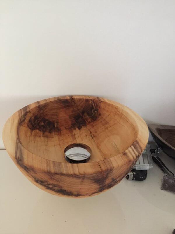 Waschbecken aus Zirbenholz mit Ablauf
