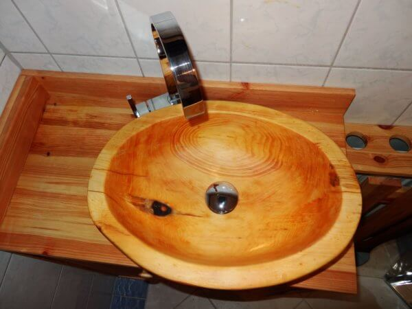 Waschbecken aus Zirbenholz mit Ablaufgarnitur